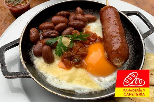 Cacerola de chorizo, huevos, frijoles y queso